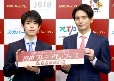 都成竜馬六段(右)と共に会見に臨んだ藤井聡太七段