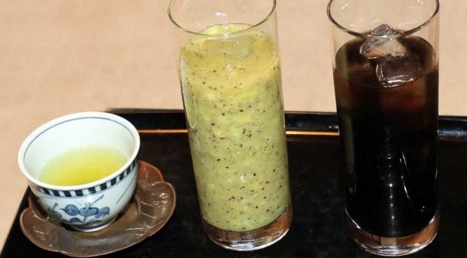 10時30分、渡辺王将のデザート。フレッシュキウイジュース(中央)とアイスコーヒー(右)