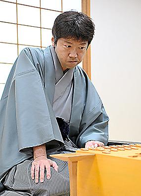 対局に臨む杉本昌隆七段(当時)