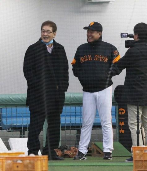 <巨人 宮崎キャンプ>原監督と談笑する山本浩二氏(左)(撮影・西海健太郎)