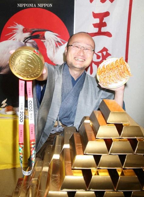 金山で有名な佐渡島で防衛した渡辺王将は金メダルを手に笑顔(撮影・西川 祐介)