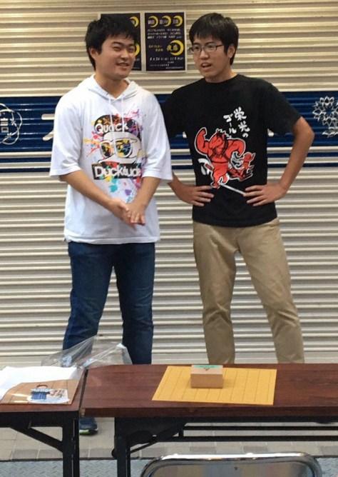 福島聖天通商店街での将棋イベントで西口幸汰さん(左)と漫才を披露する服部慎一郎四段
