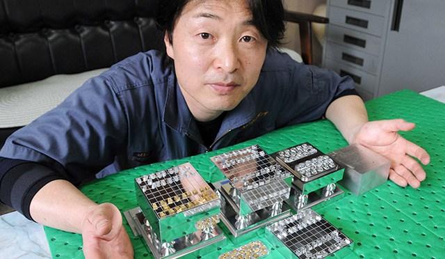 制作したミニチュア将棋セットを紹介する伏屋勝彦社長=羽島郡岐南町伏屋、コーキ・エンジニアリング