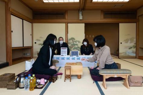 西山朋佳女王(左)と加藤桃子女流三段=4月16日、東京・千駄ケ谷の将棋会館(日本将棋連盟提供)