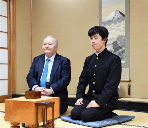 藤井聡太七段(右)のプロデビュー戦で相手を務めた加藤一二三・九段=2016年12月