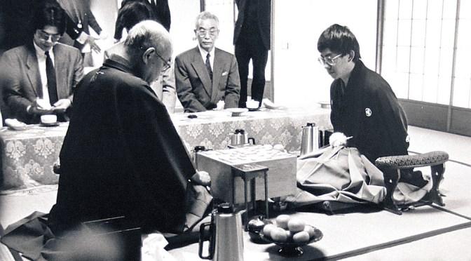 40歳差対決が話題となった1989年度の棋王戦第1局の南芳一棋王(右)と大山康晴十五世名人(提供・日本将棋連盟、撮影・中野英伴氏)