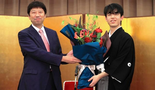 「藤井二冠の師匠」への贈り物 染み入るファンの温かさ:朝日新聞デジタル