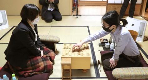 40手目を指す里見香奈女流名人(右)。左は挑戦者の加藤桃子女流三段(カメラ・関口 俊明)