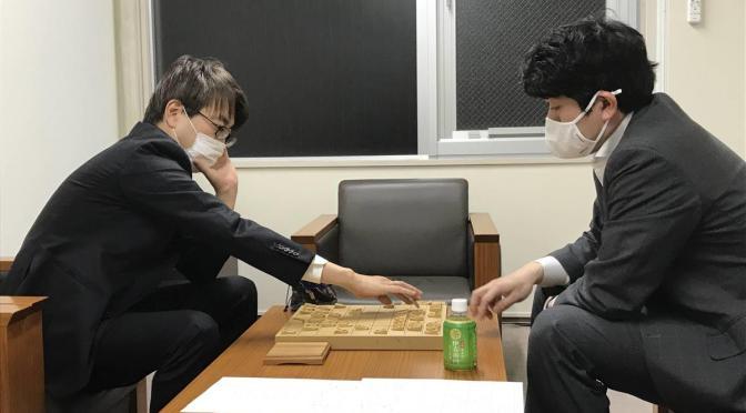 終局後、対局室とは別の部屋で感想戦を行う、森内俊之九段(右)と羽生善治九段=28日、東京・千駄ケ谷の将棋会館
