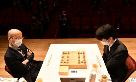 藤井聡太二冠(写真右)が勝率「99%対1%」の大劣勢から渡辺明三冠を破った朝日杯準決勝。続く決勝でも逆転勝利し、3度目の優勝を手にした/2月11日