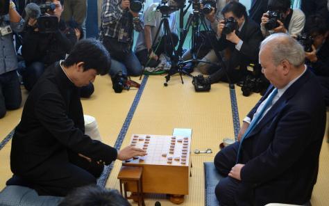 16年12月、藤井聡太4段(左)と対戦する加藤一二三9段