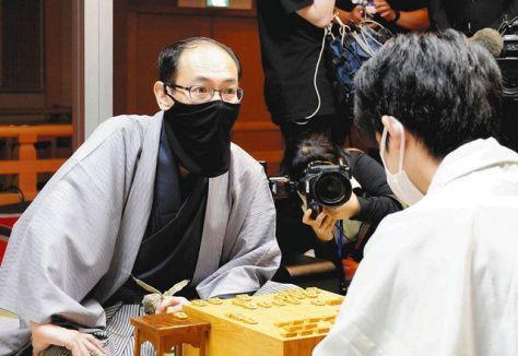 昨夏の王位戦7番勝負では藤井聡太王位(右)の前に苦杯を喫した木村一基九段