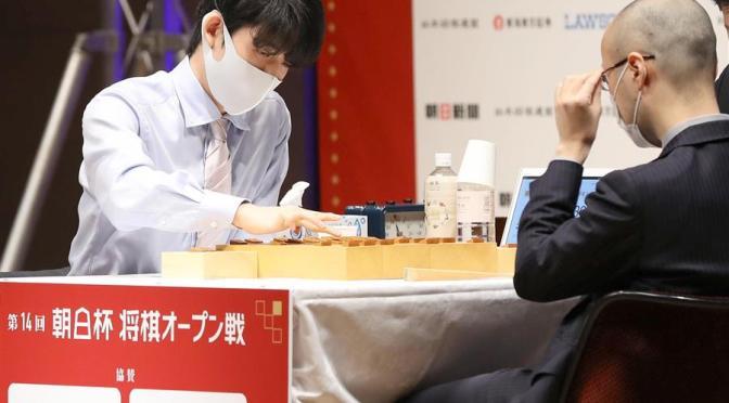 藤井聡太二冠(左)は準決勝で渡辺明名人に驚異の大逆転=東京都千代田区(撮影・萩原悠久人)