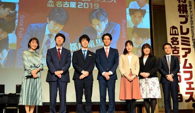 師弟でイベントに出演する杉本昌隆八段(左から2人目)と藤井聡太七段(当時、左から3人目)=2019年12月、名古屋市中区、滝沢隆史撮影