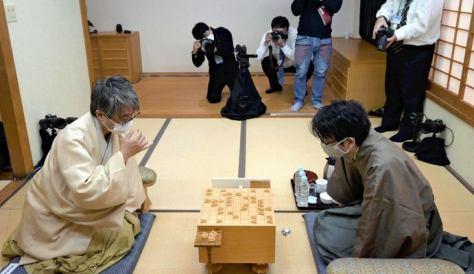 昨年の竜王戦七番勝負は、対局室に3台のリモートカメラが設置された=吉田祐也撮影