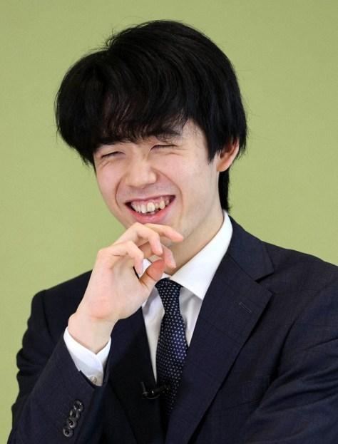 池上彰さんの質問に笑顔を見せる藤井聡太2冠=東京都新宿区で2021年4月10日、幾島健太郎撮影