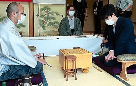 棋聖戦第1局で対戦する藤井聡太(右)と渡辺明(左)。中央は立会人の深浦康市=2020年6月8日、東京都渋谷区、日本将棋連盟提供