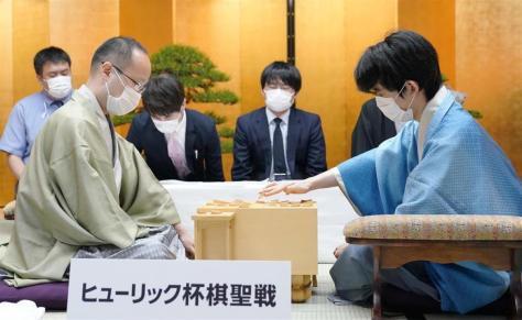 棋聖戦の第1局では渡辺名人に勝利した藤井二冠(右)