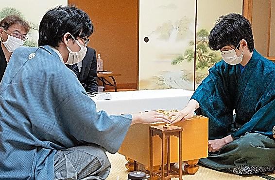 感想戦を行う藤井聡太三冠(右)と豊島将之竜王(左)=13日、東京都渋谷区、日本将棋連盟提供