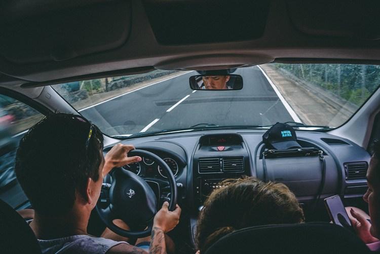 ragazzi in automobile