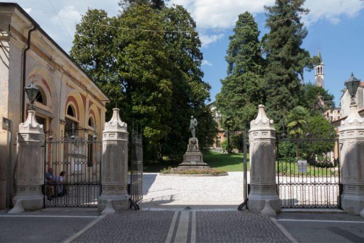 Il cancello d'accesso al Complesso Jacquard con la statua di Alessandro Rossi