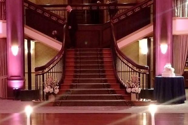 Discreto y con estilo, el Maui 44 se adapta bien a la estética del salón de baile.