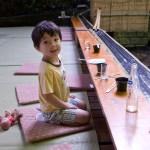 japonês sentado no chão para comer