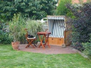 Foto von einem Garten mit Strandkorb