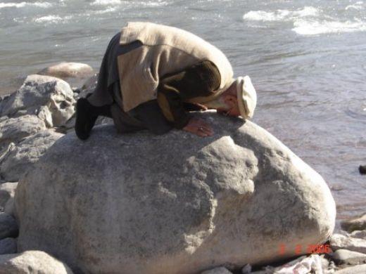 Sujud, sholat di atas batu