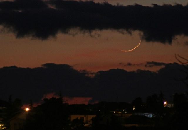 Foto bulan sabit muda (hilal) 1 Rabiul Awal 1439 H yang terlihat dari Sisilia, Italia pada petang hari Ahad, 19 November 2017.