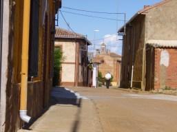 060 Un Paseante Cerca de la Iglesia Matanza de los Oteros