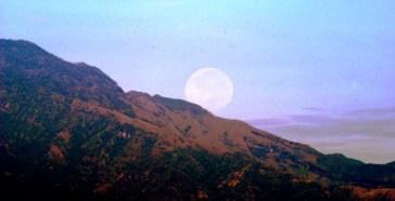 Bulan tenggelam dibalik Gunung Wilis. © Alfan Nasrulloh, 1 Januari 2011