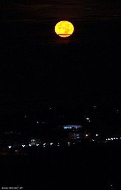 Bulan pada fase sekitar purnama yang difoto dari kawasan Observatorium Bosscha. Bulan berada pada posisi sebelah barat diambil sekitar jam 4 dini hari, beberapa saat sebelum terbenam. Pengaruh atmosfir Bumi membuat warna bulan tampak menguning. Efek yang sama seperti yang dialami matahari ketika akan tenggelam di ufuk barat. © Alfan Nasrulloh/Obs. Bosscha