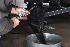 Change outboard motor gear lube