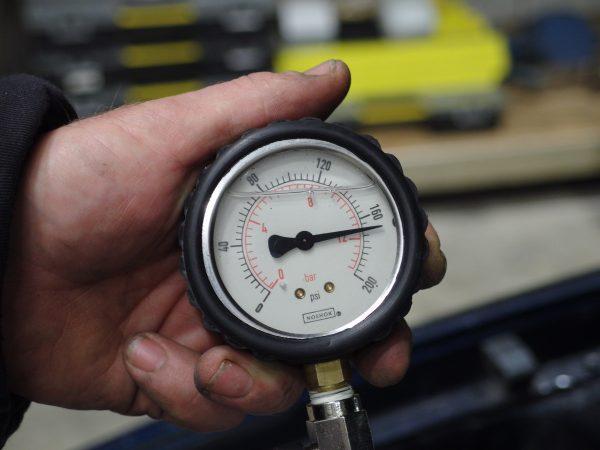 Test engine compression