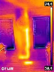 Tubo di scarico Caldo nella parete rilevato con termocamera FLIR C2