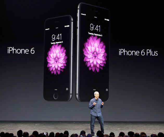 「iPhone6」と「iPhone6プラス」を発表するアップルのティム・クックCEO=ロイター