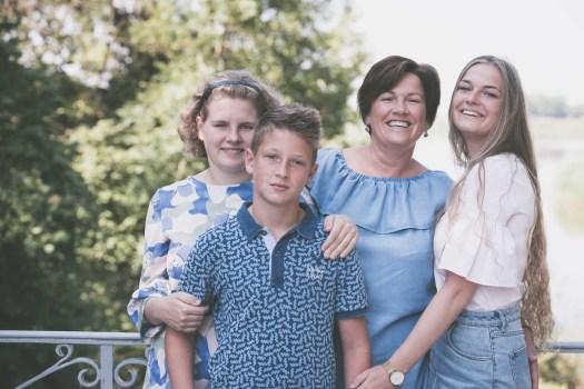 familiefotograaf familiefoto spontane gezinsfoto retrofotografie ieper poelkapelle west-vlaanderen ann-elise lietaert -14