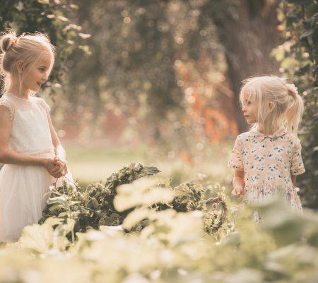 Foto's als een tijdreizende expositie. Over wildpluk, herinneringen en de communiefoto's van Juliette.