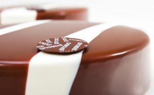 Pastel 3X. Bescuit de chocolate negro Guanaja 80%, cremoso de chocolate con leche Jivara 40% y mousse de chocolate blanco Ivoire 35% con canela.