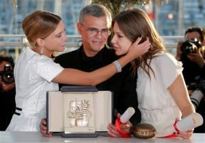 Lea Seydoux, Abdellatif Kechiche y Adèle Exarchopoulos con la Palma de oro de Cannes.