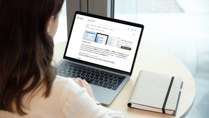 A women analysing Google SERP