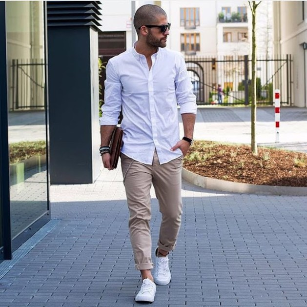 camisa-branca-masculina-reveillon-2018-calça-caqui-tenis-branco-barra-dobrada
