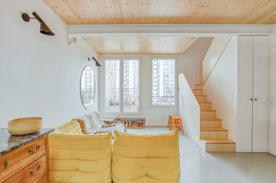 Photographie du salon, qui donne sur la terrasse du duplex