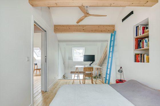 Vue d'une chambre d'architecte en mezzanine avec une verrière