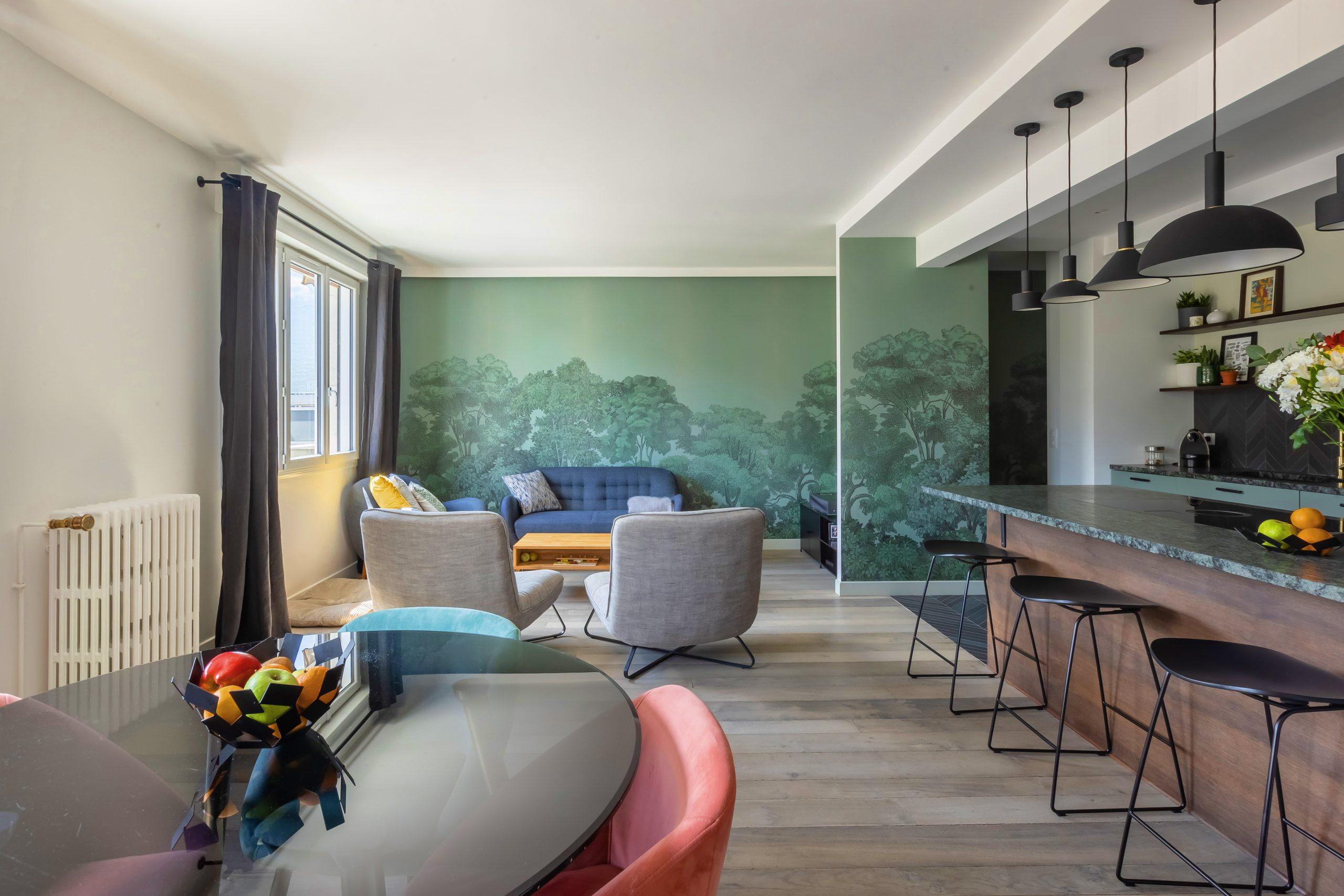 Intérieur d'un appartement. On y voit une cuisine, et un salon.