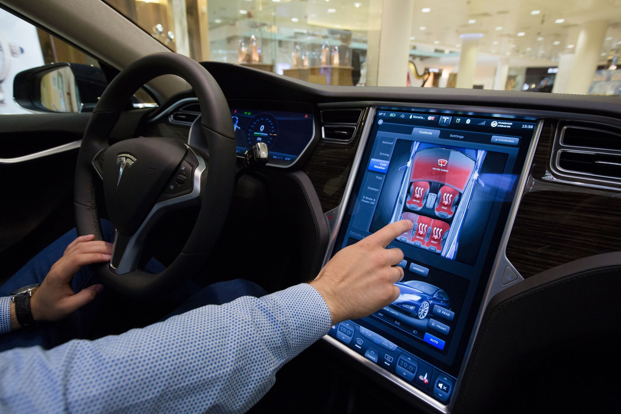 YouTube, Netflix and 'Fallout Shelter' Heading to Tesla Touch Screens