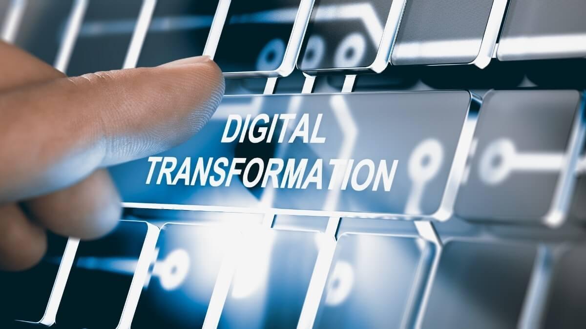 Számítógép billentyűzetén digitális transzformáció felirat