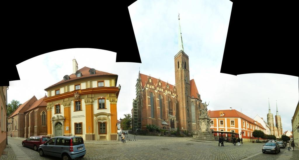 Панорама улицы, на которой стоит костёл святого креста и костёл Иоанна Крестителя (вдалеке)
