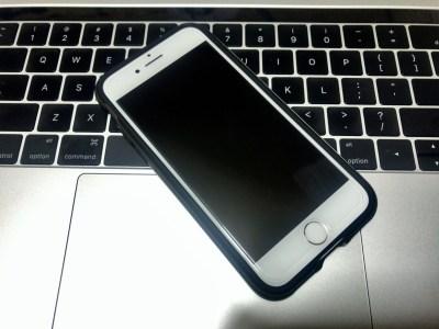iPhone 7にSpigen「GLAS.tR SLIM」「ネオ・ハイブリッド」を装着。ガラスフィルムのフィッティングはこれが限界か。